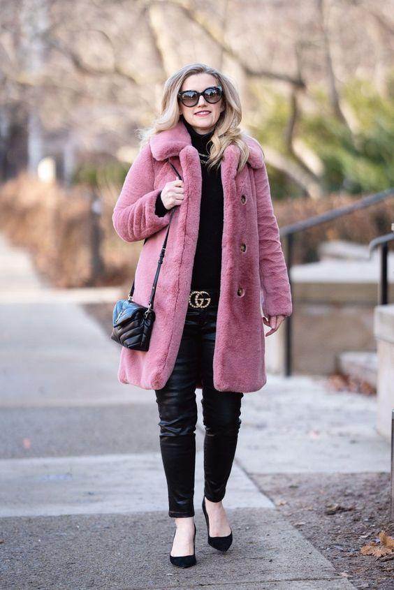 Девушка в кожаных брюках с ремнем, розовая шуба и туфли лодочки