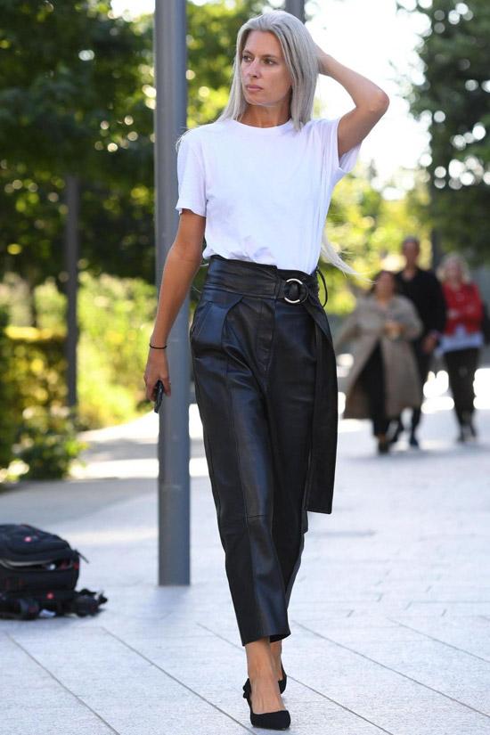 Девушка в кожаных брюках с завышенной талией, белая футболка и туфли