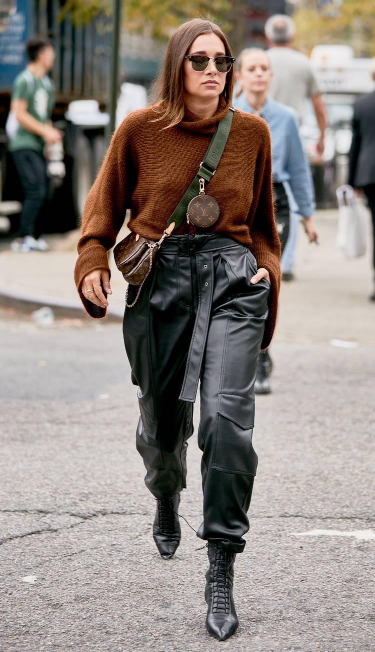 Девушка в кожаных брюках, серый свитшот и черные ботильоны на шнуровке
