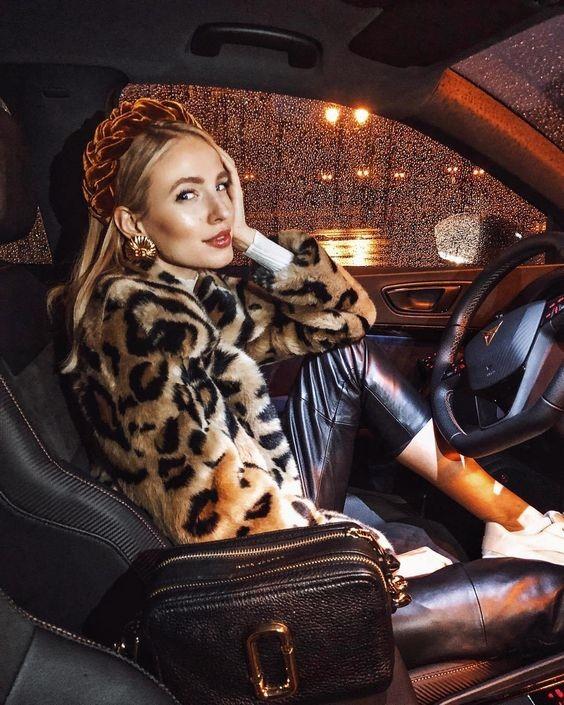 Девушка в кожаных брюках, шубка с леопардовым принтом и бархатный ободок