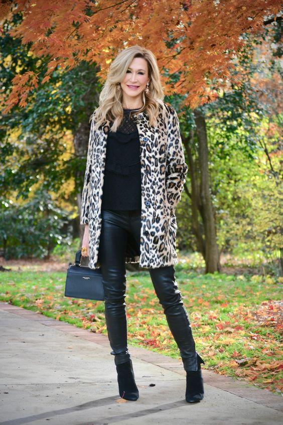Девушка в кожаных леггинсах, леопардовое пальто и черные ботильоны