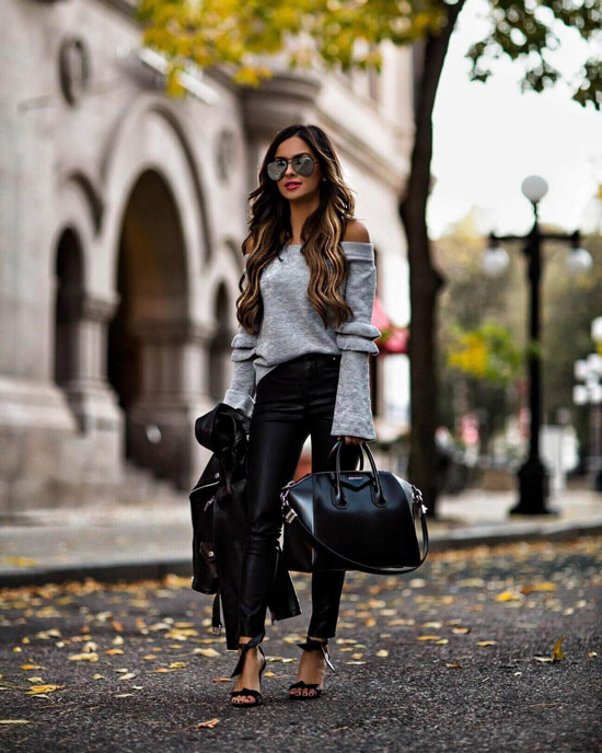 Девушка в кожаных леггинсах, серый джемпер и большая черная сумка