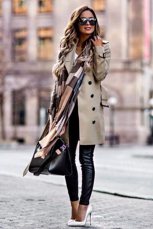 Девушка в кожаных леггинсах, серый тренч, белые туфли и большая черная сумка