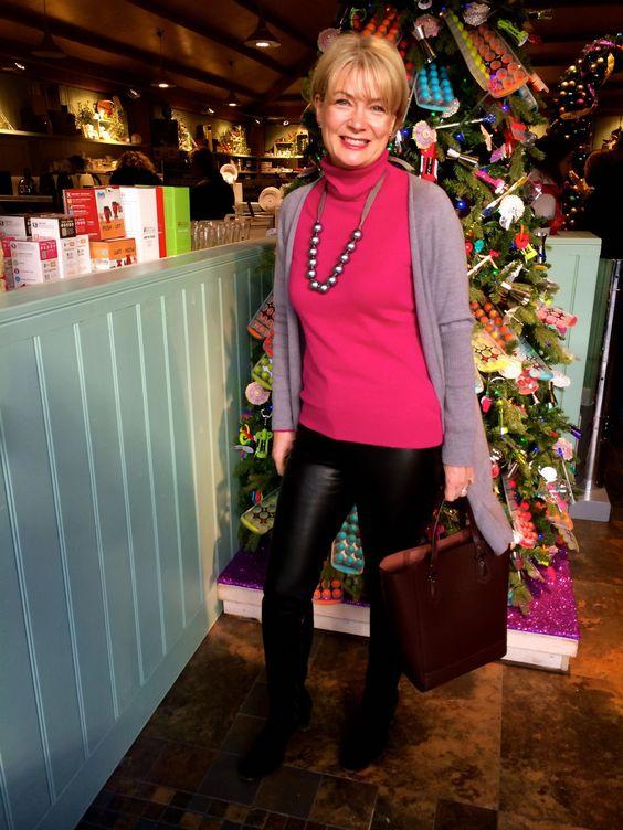 Девушка в кожаных лосинах, розовая водолазка и серая кофточка