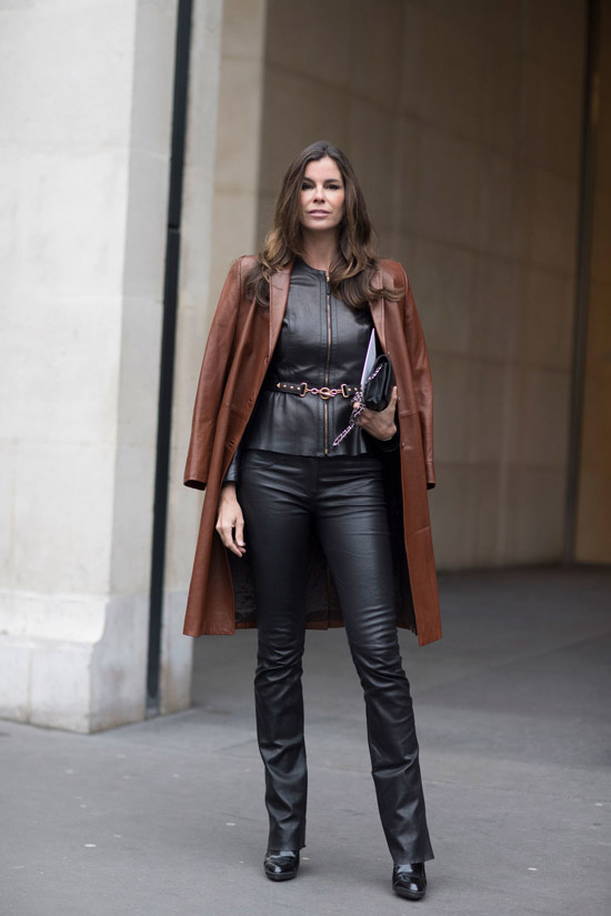 Девушка в кожаных штанах, коричневый плащ и ботильоны