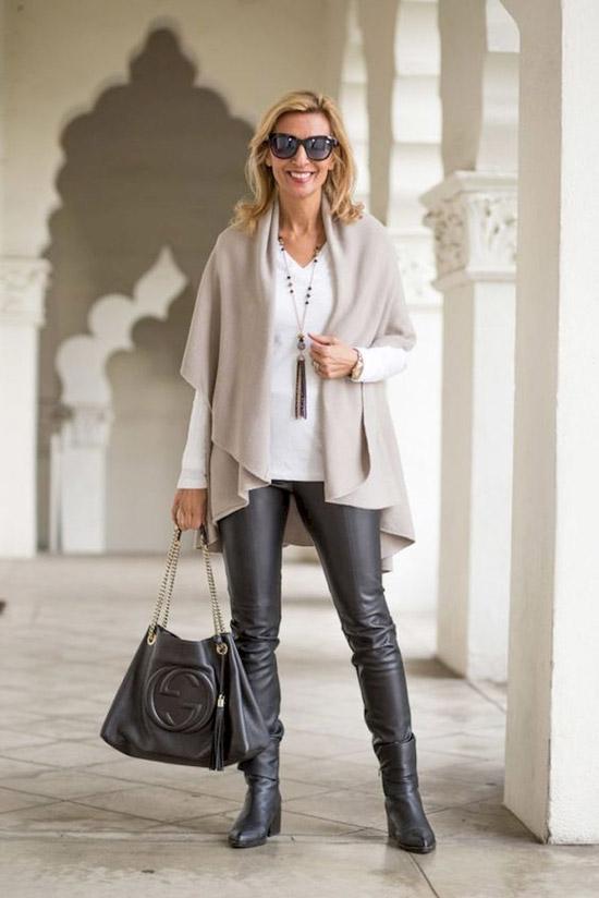 Девушка в кожаных штанах, серая кофта и большая сумка