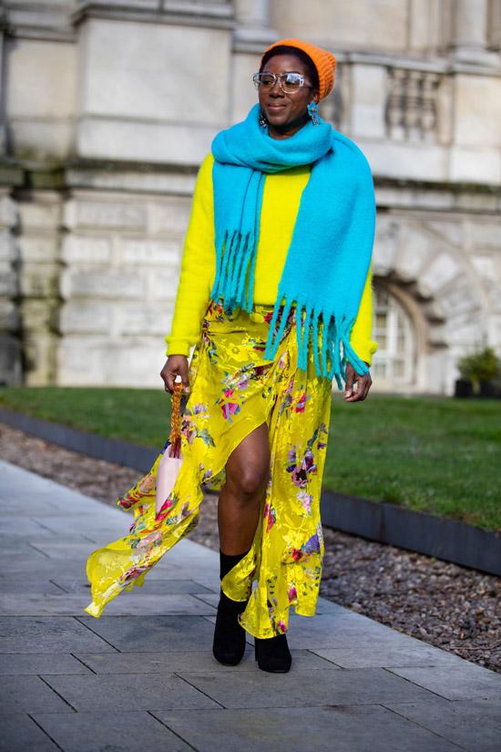 Девушка в легком желтом платье, джемпер и голубой шарф оверсайз