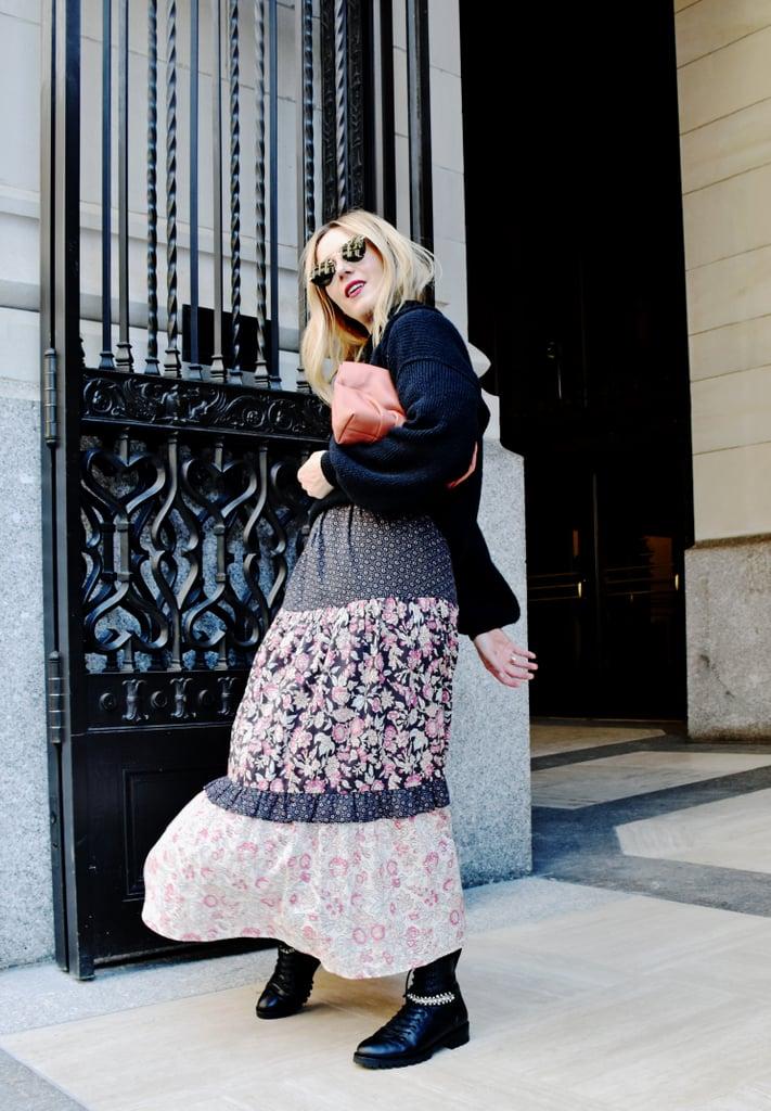 Девушка в летнем платье миди, черный свитер и ботинки