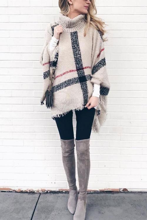 Девушка в лосинах, бежевый уютный свитер и замшевые ботфорты
