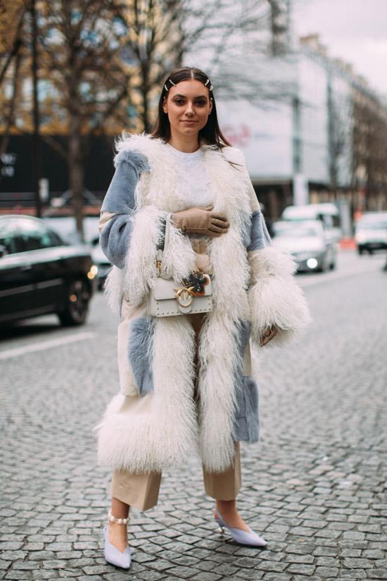 Девушка в пальто с перьями, бежевые укороченные брюки и туфли