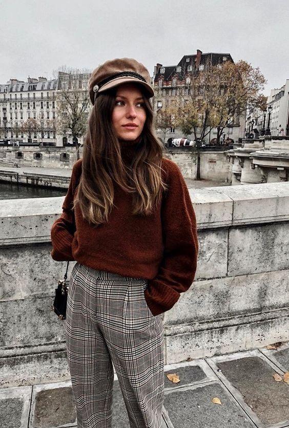 Девушка в прямых брюках в клетку, коричневый свитер и кепи
