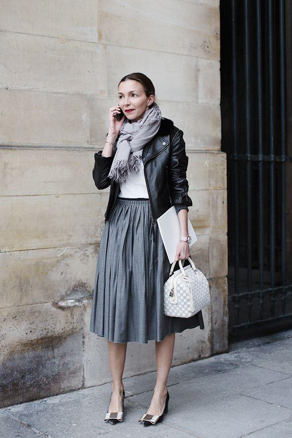 Девушка в пышной юбке миди, кожаная куртка косуха и палантин