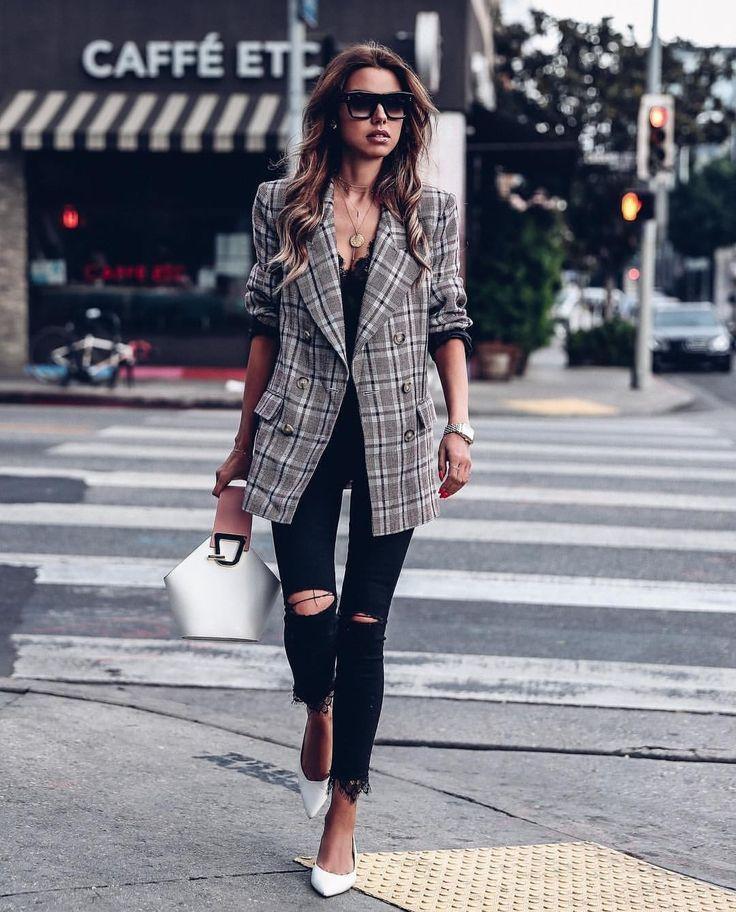 Девушка в рваных джинсах скинни, серый блейзер в клетку и белые туфли и сумочка