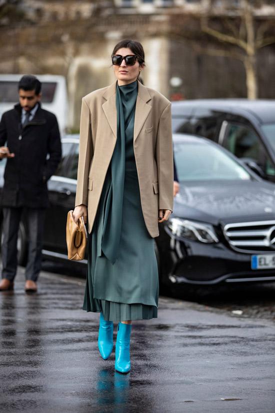 Девушка в сером атласном платье, блейзер оверсайз и голубые ботильоны