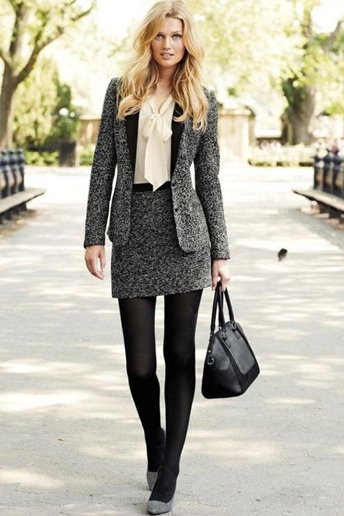 Девушка в сером костюме с мини юбкой, блузка и серые туфли