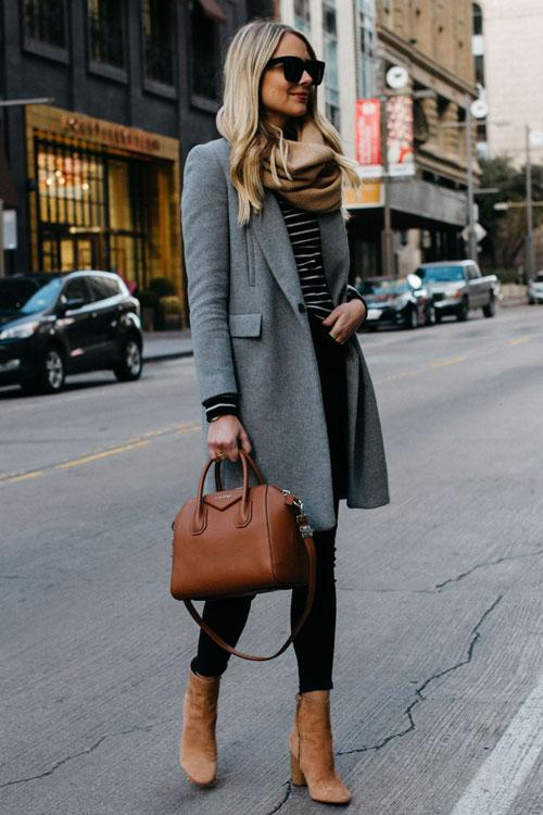 Девушка в сером пальто, бежевый палантин, леггинсы и замшевые ботильоны