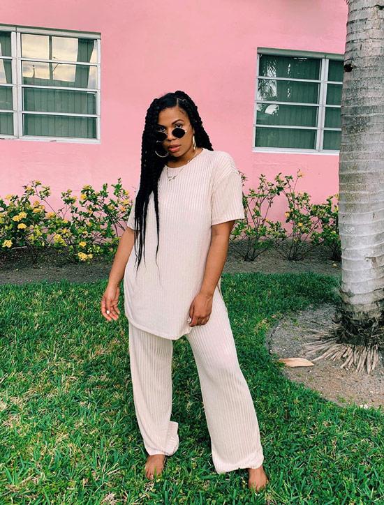 Девушка в широких брюках, удлиненная просторная туника и солнцезащитные очки