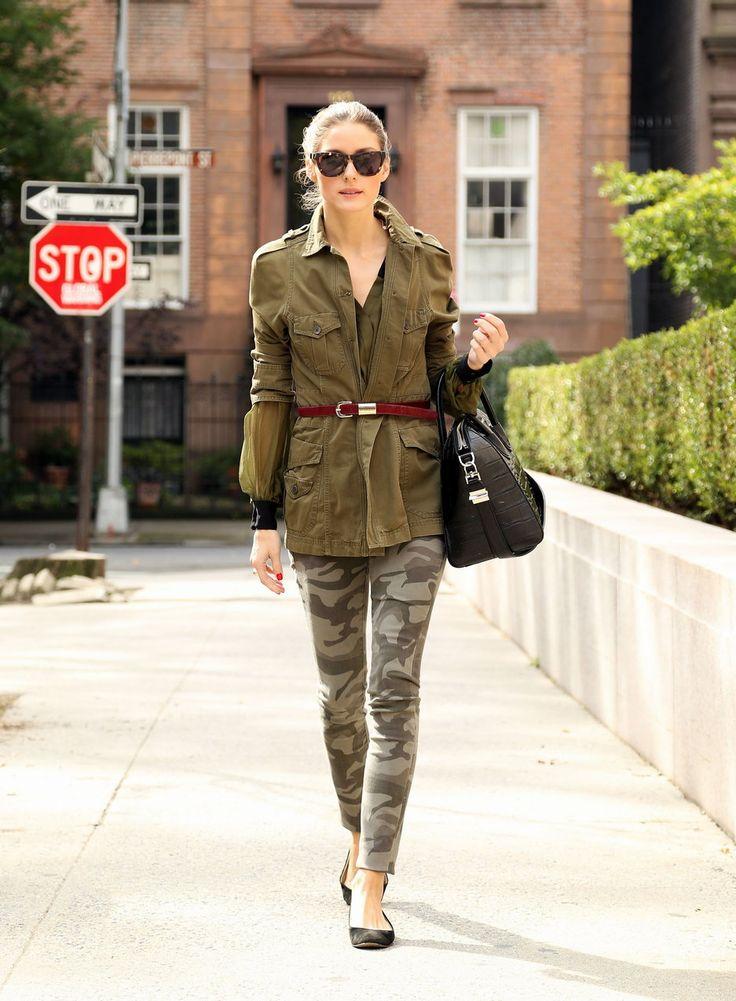 Девушка в штанах хаки, удлиненный жакет в стиле милитари и черная объемная сумка