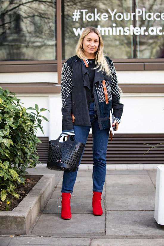 Девушка в синих джинсах, черная куртка и красные ботильоны