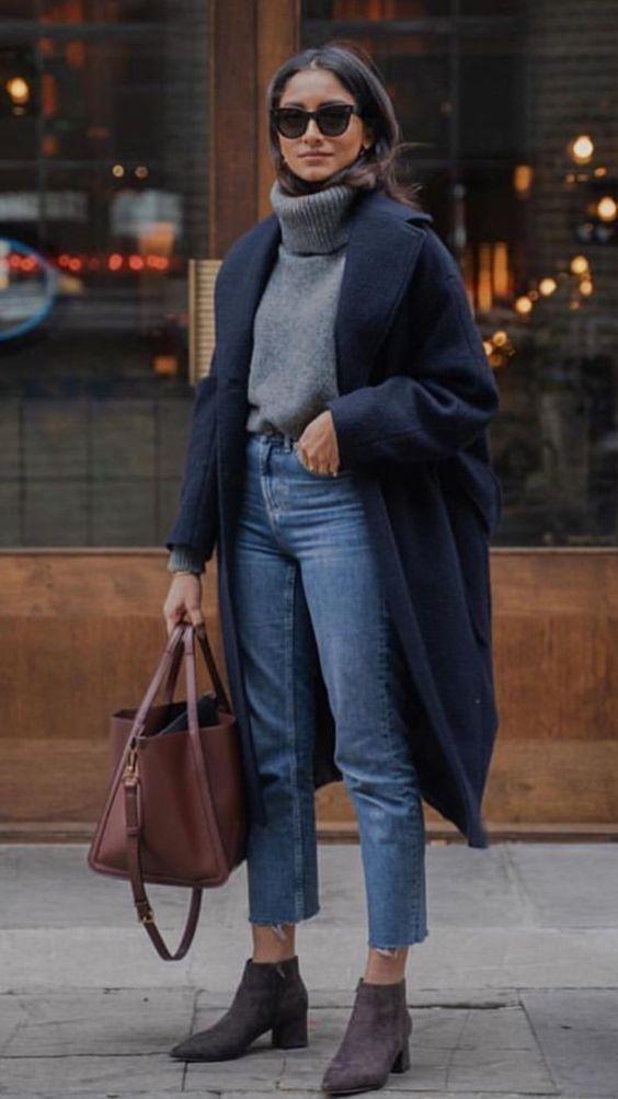 Девушка в синих джинсах, серый свитер и синее пальто, ботильоны на низком каблуке