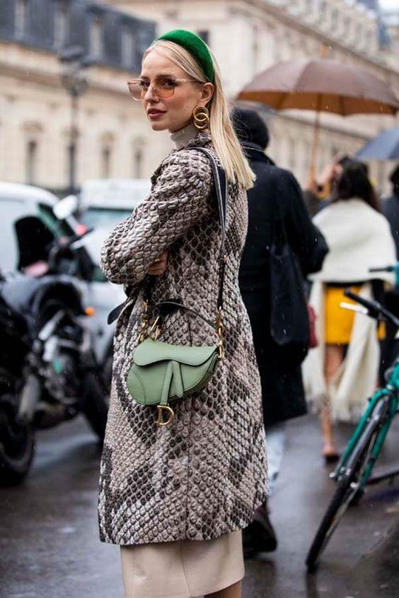 Девушка в стеганном пальто, маленькая сумочка и зеленый бархатный ободок