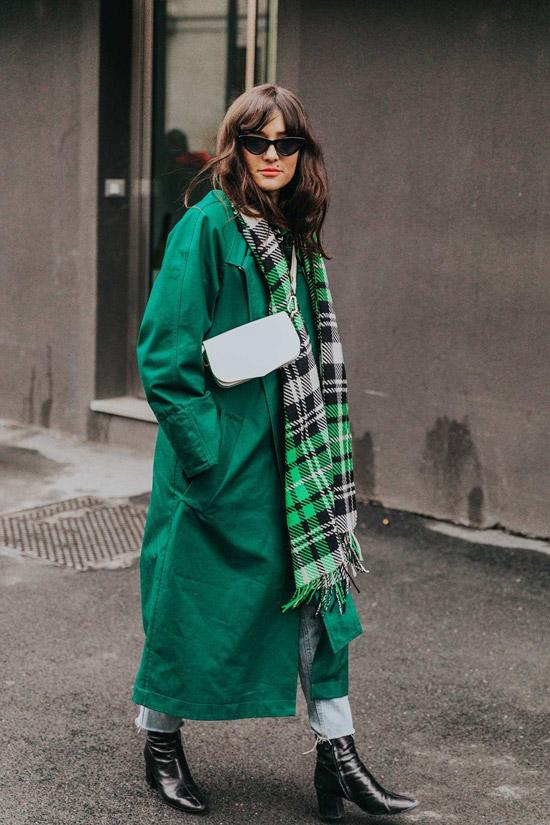 Девушка в зеленом плаще и палантин в клетку, черные ботильоны и укороченные джинсы