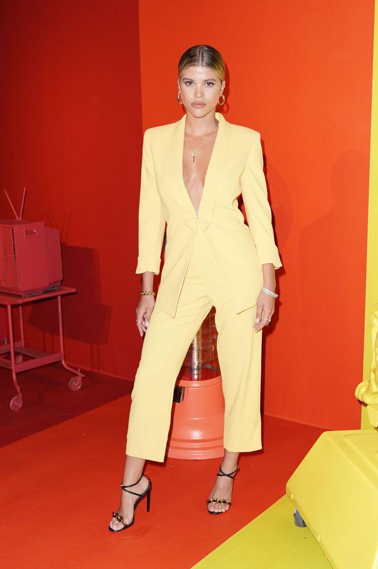 Девушка в желтом костюме с укороченными брюками