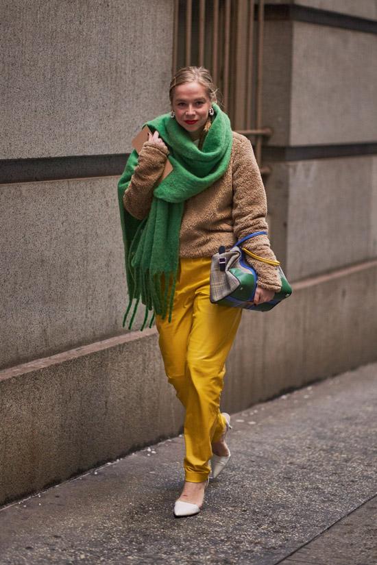 Девушка в желтых брюках, бежевый свитер и зеленый шарф оверсайз