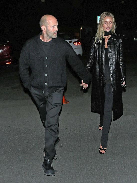 Роузи в черных брюках, топе и стеганом пальто