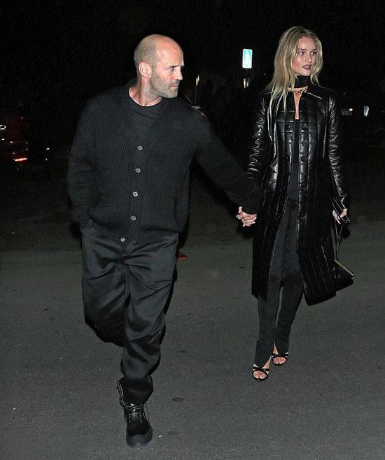 Джейсон в черном кардигане, брюках и ботинках. Роузи в черном