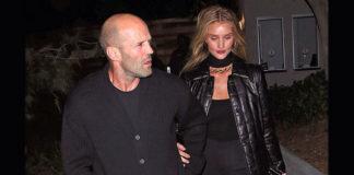 Джейсон в слегка небрежном, Роузи в черном стильном образе выглядят счастливо
