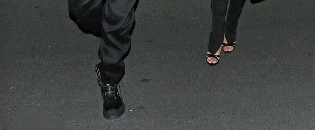 Джейсон в черных ботинках, Роузи в черных босоножках