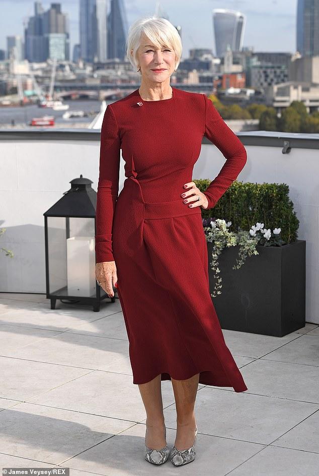 Хелен Миррен в бордовом платье миди и туфлях из змеинной кожи