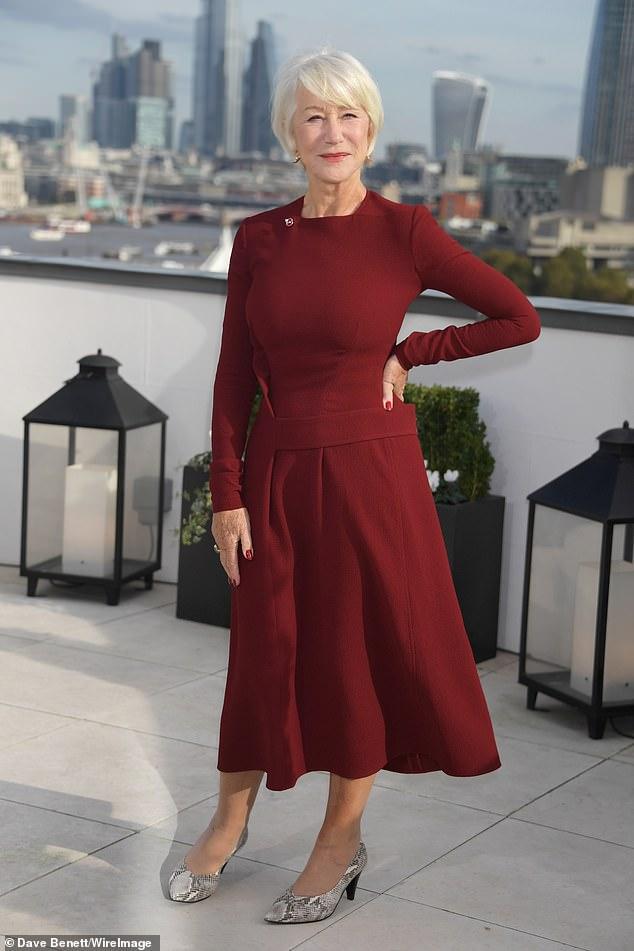 Хелен Миррен в бордовом платье миди и змеинных туфлях