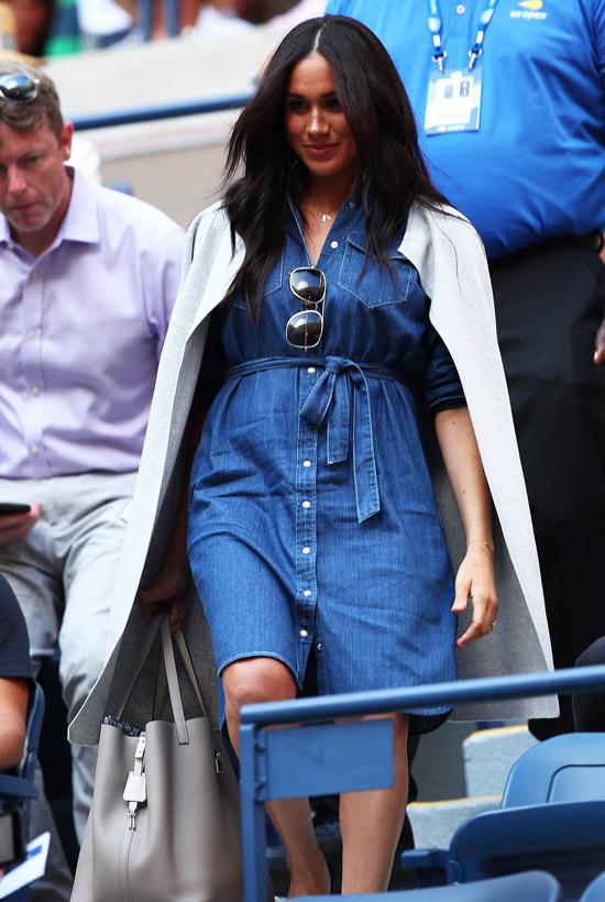 Меган Маркл в джинсовом платье с поясом и пальто