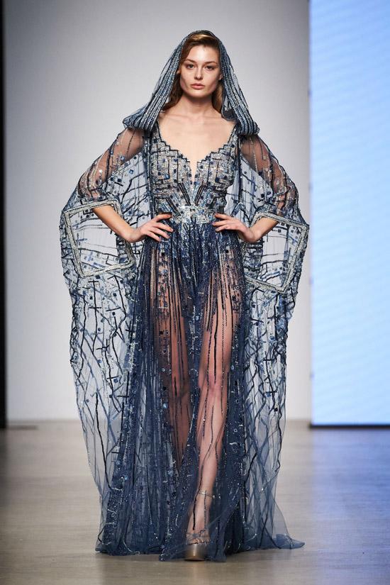 Модель в необычном синем вечернем платье