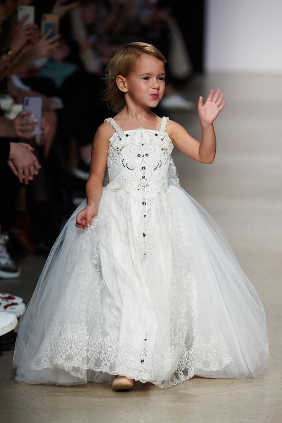 Модель в пышном нарядном платье