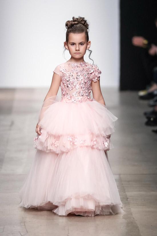 Модель в розовом нарядном платье