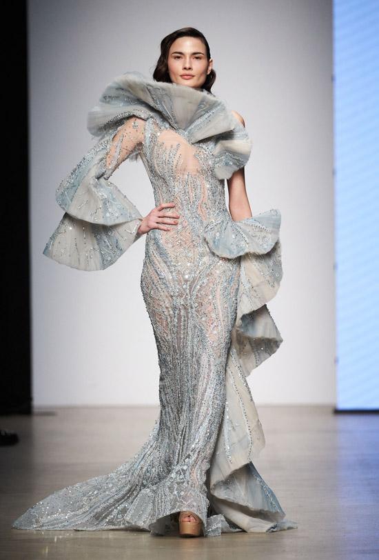 Модель в серебристом вечернем платье с воланами