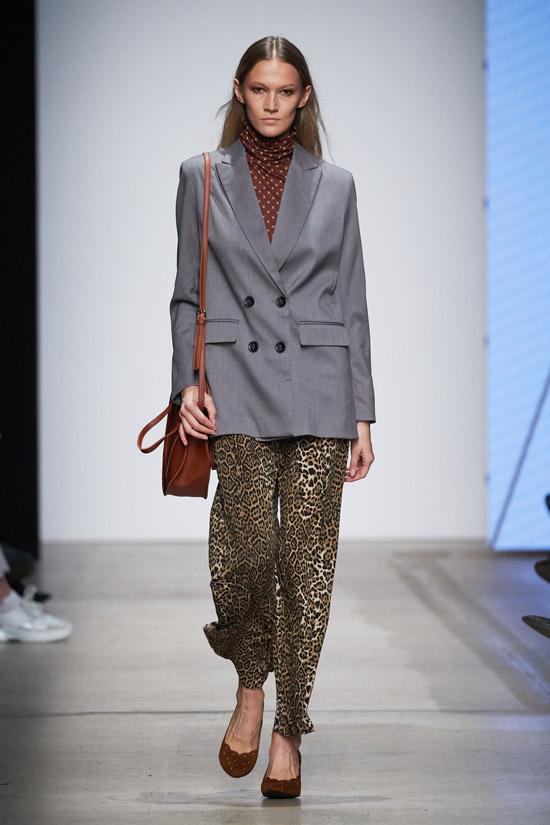 Модель в сером блейзере оверсайз и брюки с леопардовым принтом