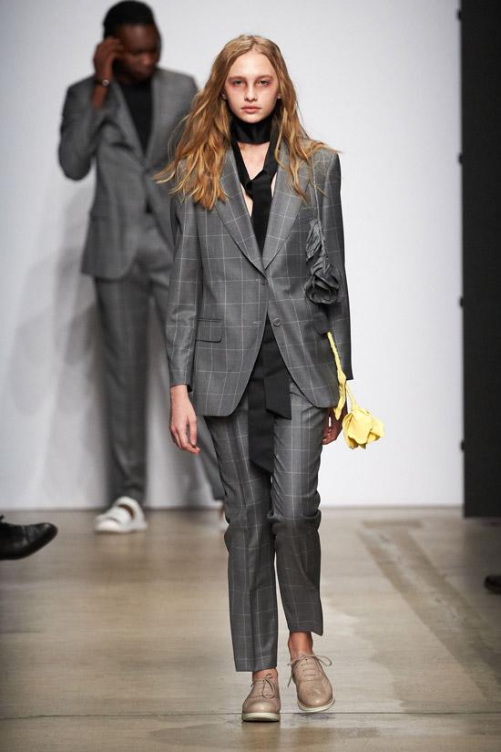 Модель в сером брючном костюме