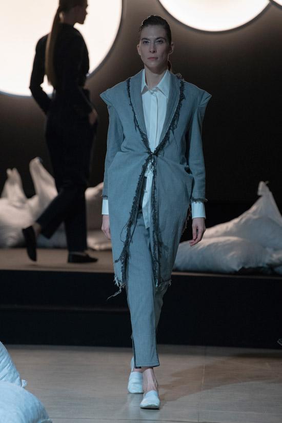 Модель в сером костюме с удлиненным блейзером и белая рубашка