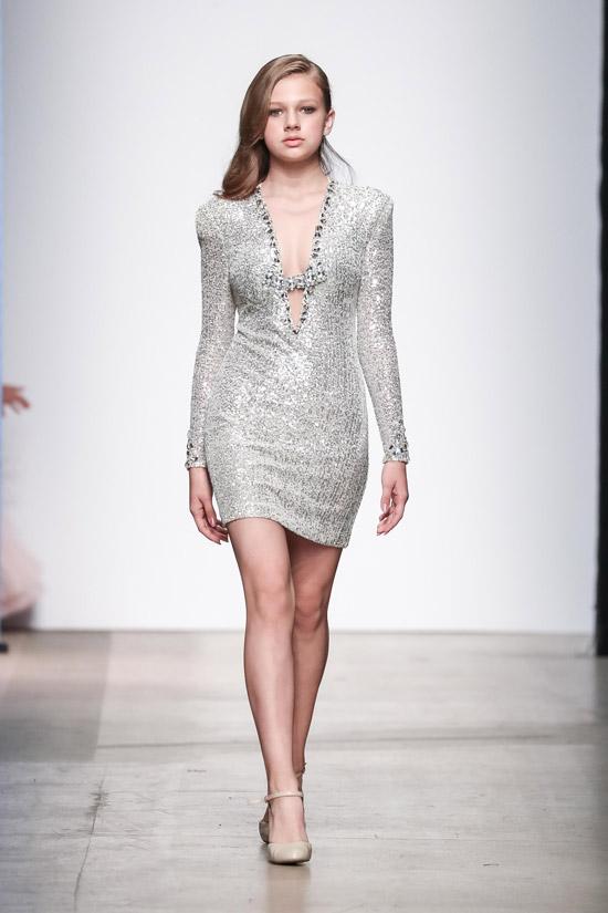 Модель в сером облегающем платье со стразами и длинными рукавами