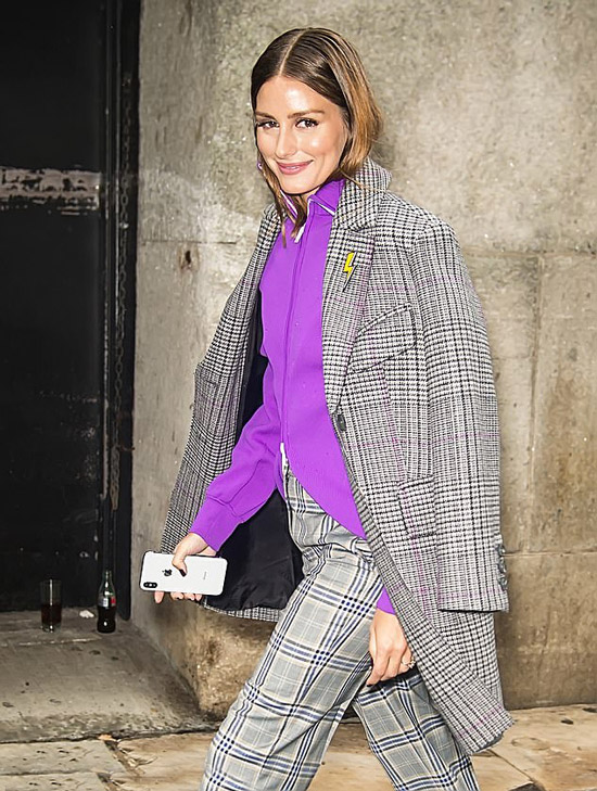 Оливия Палермо в серых брюках в клетку, пальто и фиолетовый джемпер