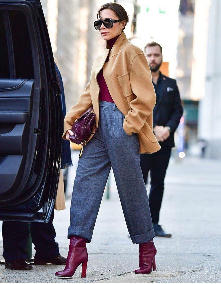 Виктории Бекхем в серых брюках, бежевое пальто и бордовые ботильоны