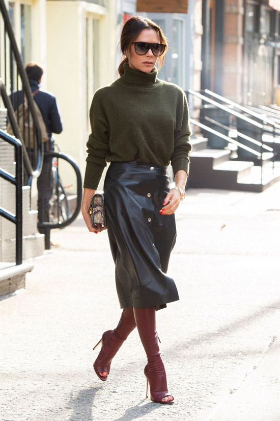 Виктория Бекхем в кожаной черной юбке, зеленый свитер и бордовые сапоги на шпильке