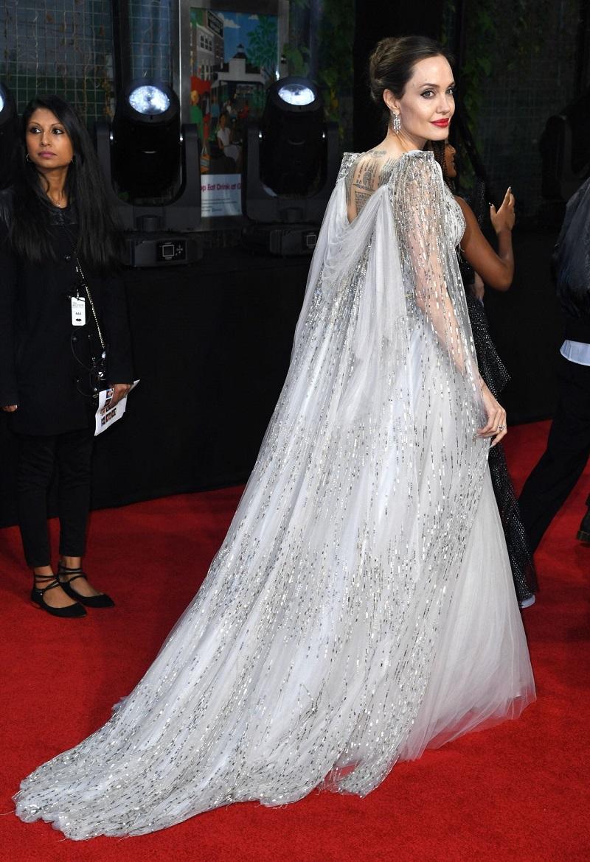 Анджелина Джоли в платье с пайетками и драпированной накидкой