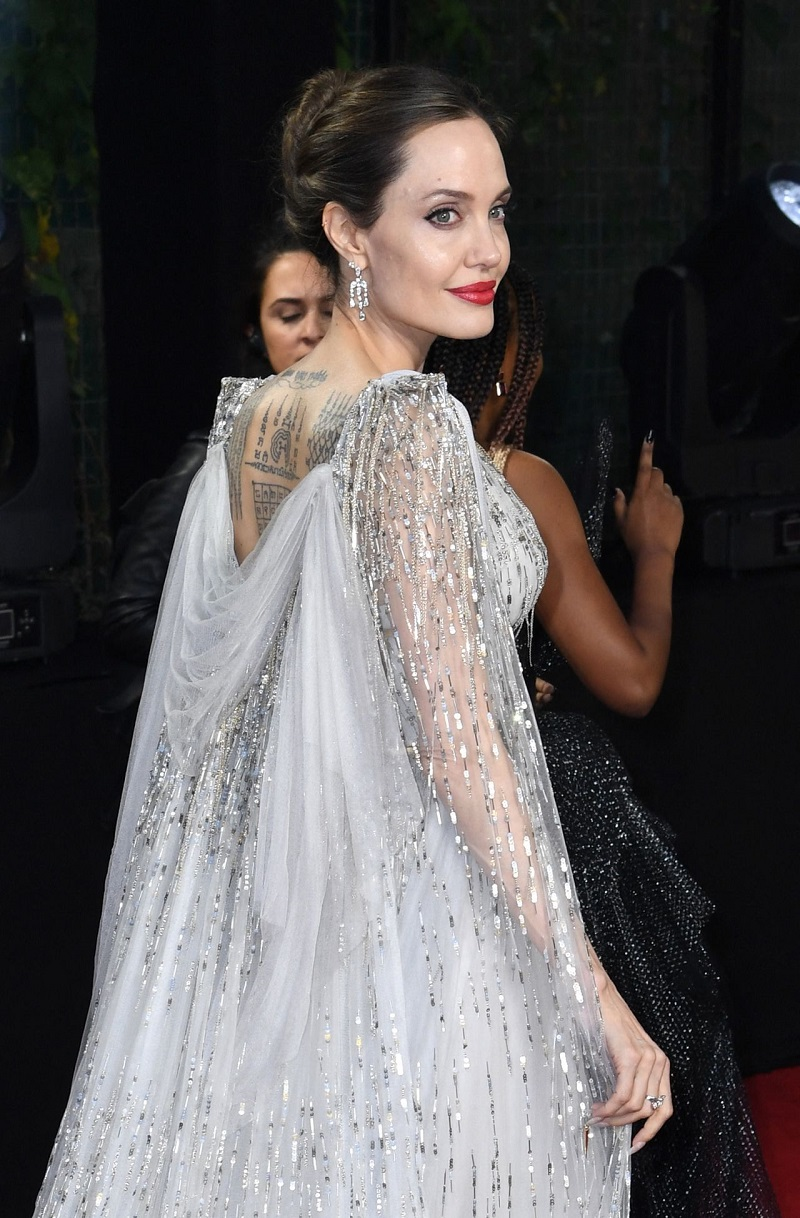 Анджелина Джоли в платье украенном серебряными пайетками