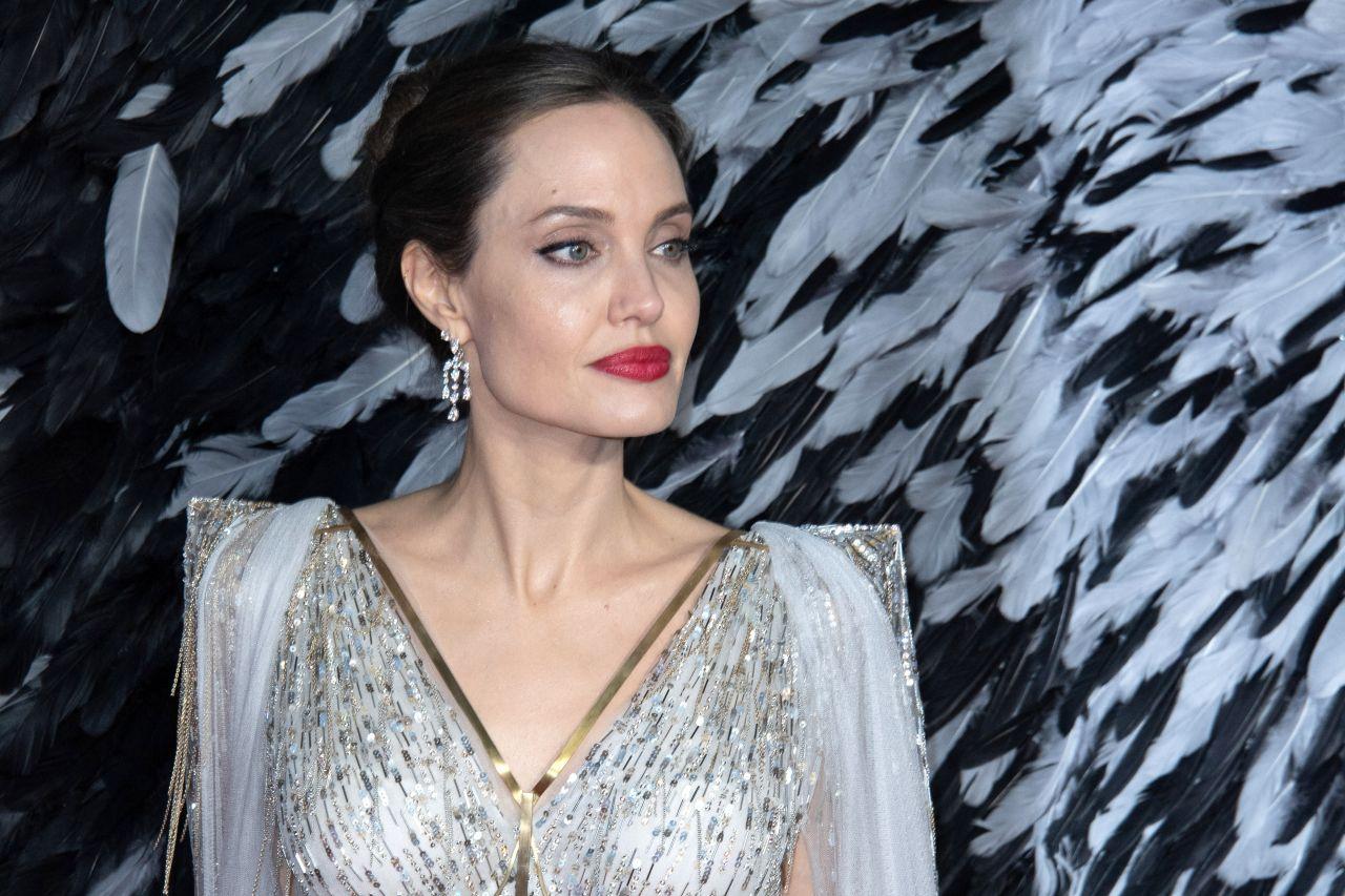 Анджелина Джоли в платье с величественными печами и золотыми полосками