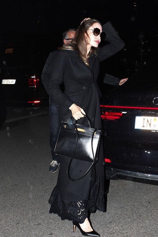 Анджелина Джоли в черном длинном пальто в Париже